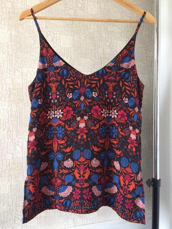Черный топ/майка/блузка в яркий цветочный принт/v-вырез - Фото 5