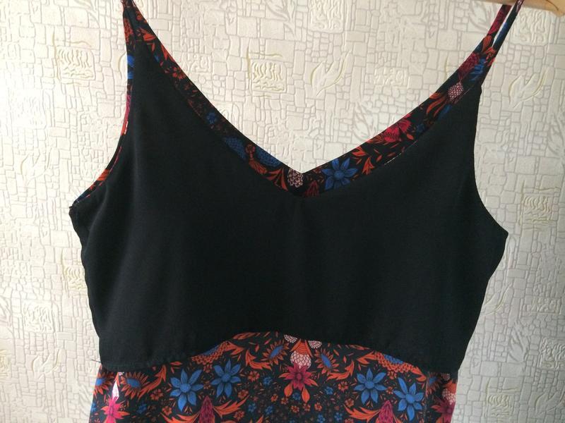Черный топ/майка/блузка в яркий цветочный принт/v-вырез - Фото 7