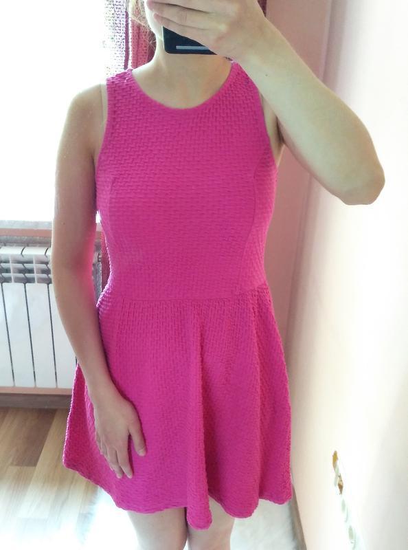 Стильное текстурное яркое платье цвета фуксии divided. размер ...