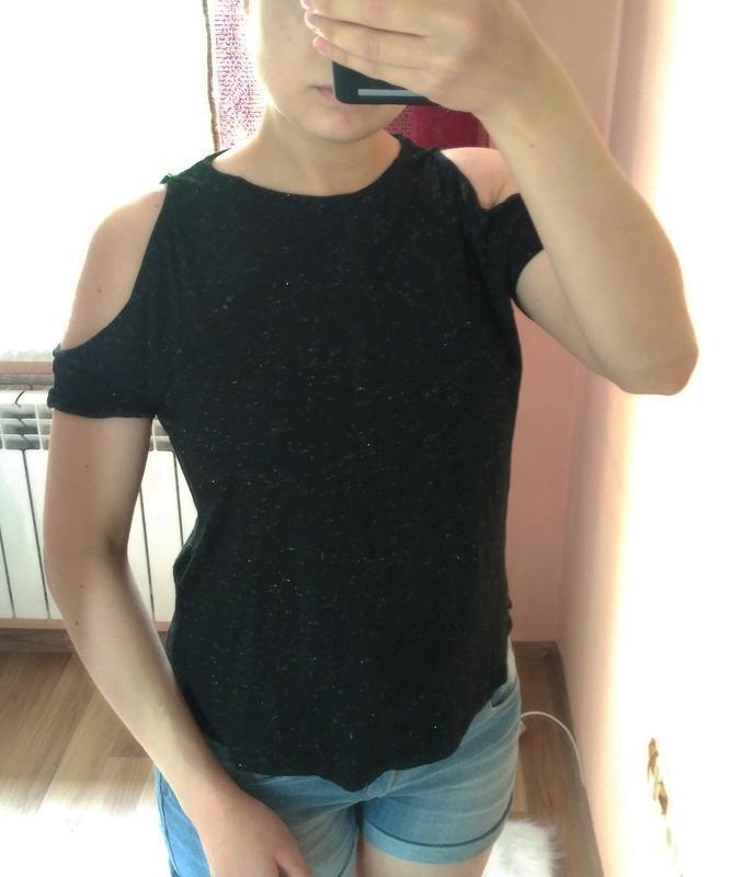 Черная футболка с открытыми плечами и золотой нитью new look. ...