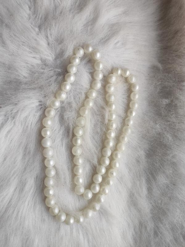 Длинное жемчужное ожерелье бусы белые шариками
