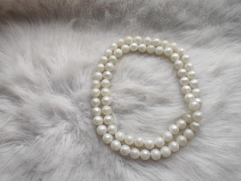 Длинное жемчужное ожерелье бусы белые шариками - Фото 2