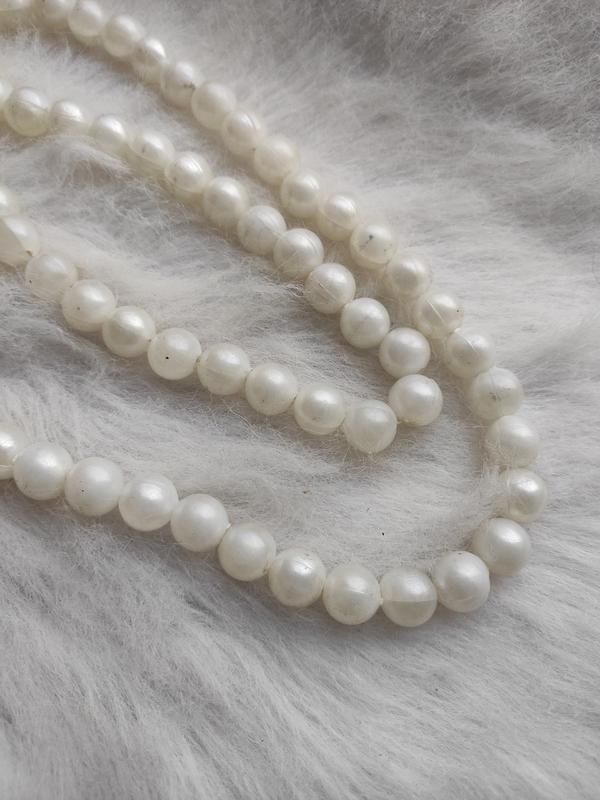 Длинное жемчужное ожерелье бусы белые шариками - Фото 3