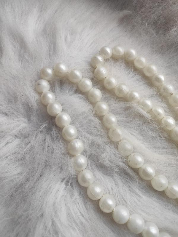 Длинное жемчужное ожерелье бусы белые шариками - Фото 4