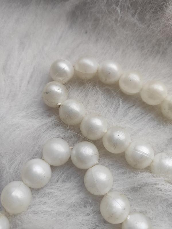 Длинное жемчужное ожерелье бусы белые шариками - Фото 5