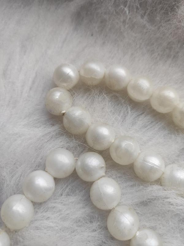 Длинное жемчужное ожерелье бусы белые шариками - Фото 6