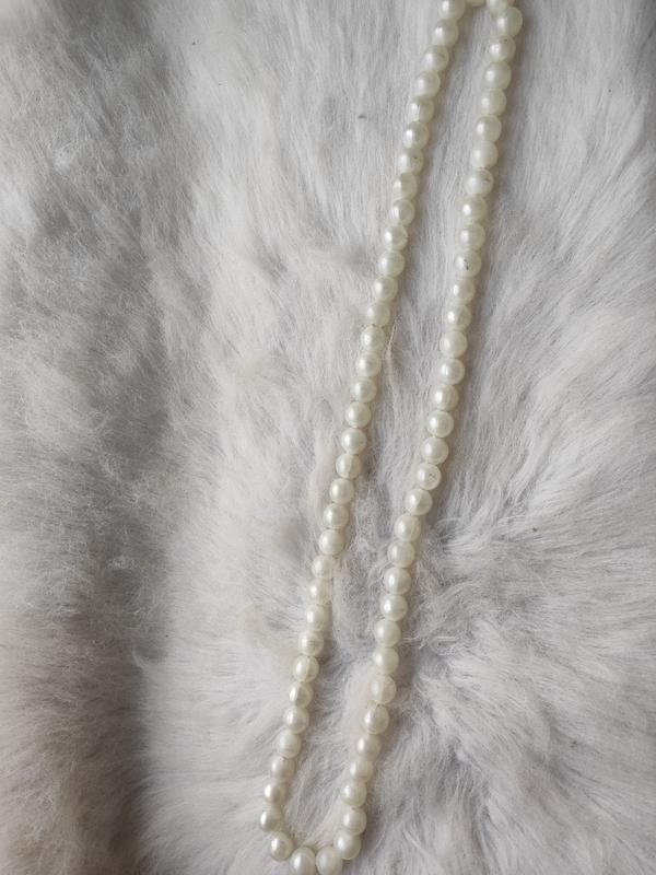 Длинное жемчужное ожерелье бусы белые шариками - Фото 7