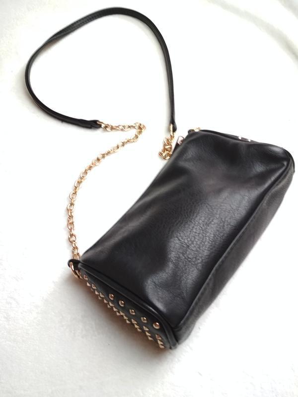 Маленькая вместительная сумочка с длинным ремешком