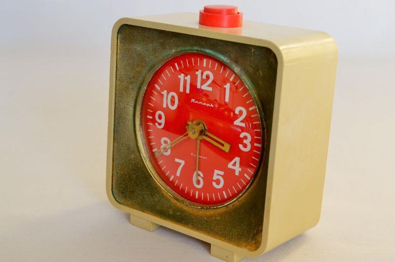 Часы-будильник Янтарь механические производства СССР 70-х годо...
