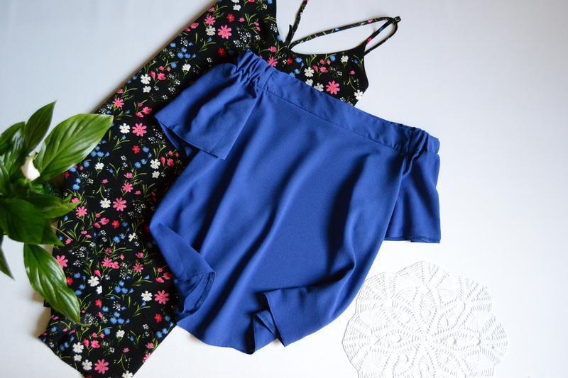Блуза с открытыми плечами.