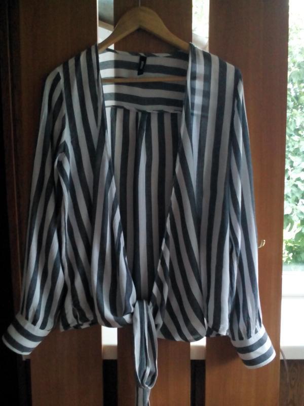 Актуальная блузка  на запах с длинными завязками в полоску eksept