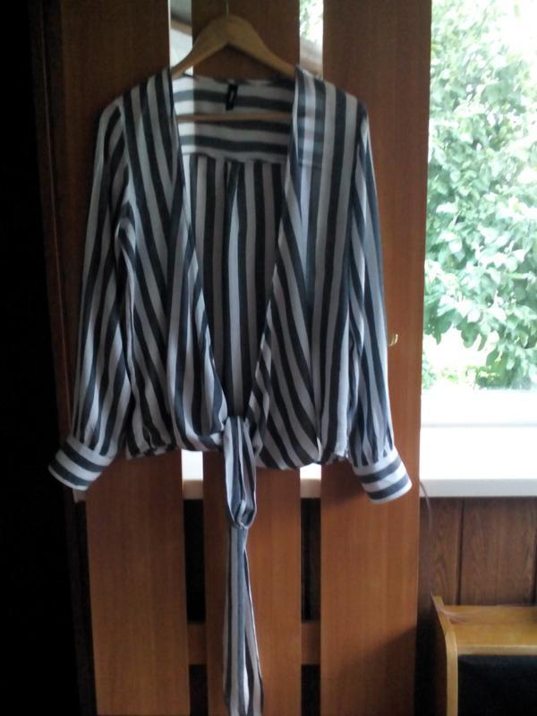 Актуальная блузка  на запах с длинными завязками в полоску eksept - Фото 2