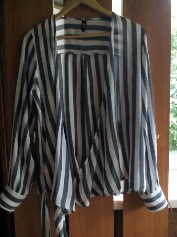 Актуальная блузка  на запах с длинными завязками в полоску eksept - Фото 3