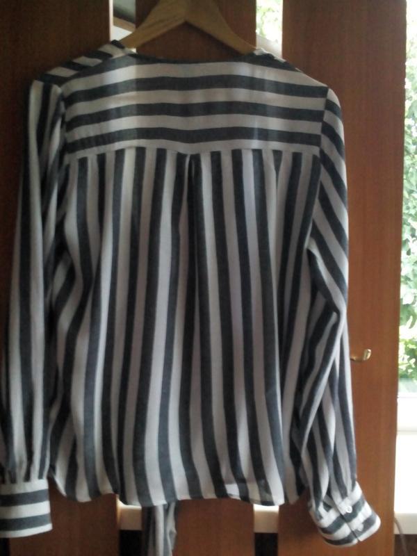 Актуальная блузка  на запах с длинными завязками в полоску eksept - Фото 4