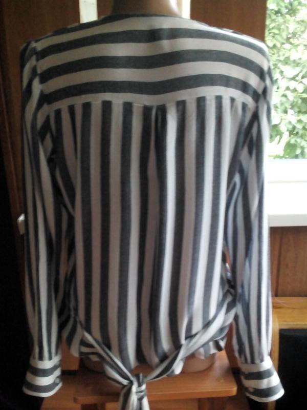Актуальная блузка  на запах с длинными завязками в полоску eksept - Фото 8