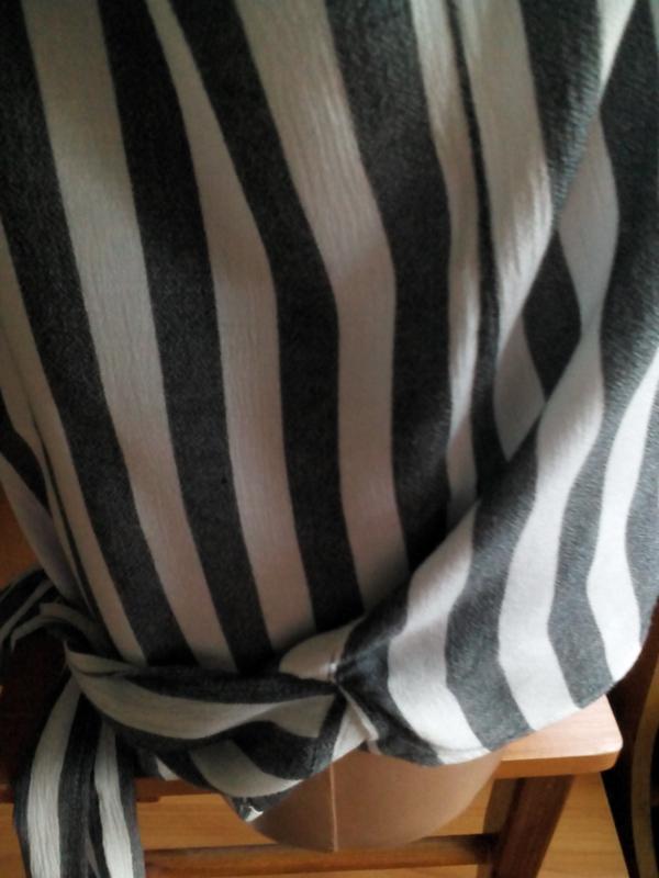 Актуальная блузка  на запах с длинными завязками в полоску eksept - Фото 9