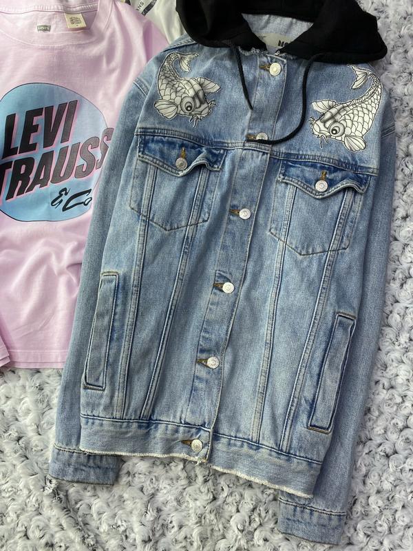 Джинсовка, джинсовая куртка с капюшоном и нашивками topshop - Фото 3