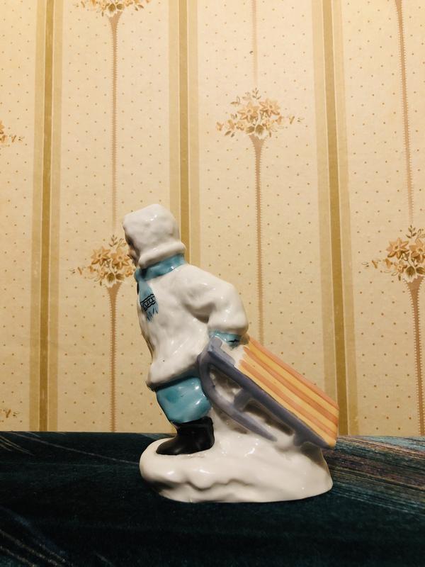Фарфоровая статуэтка «Мальчик с санками» СССР - Фото 4