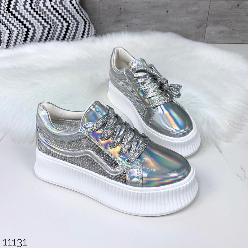 Стильные голографические кроссовки