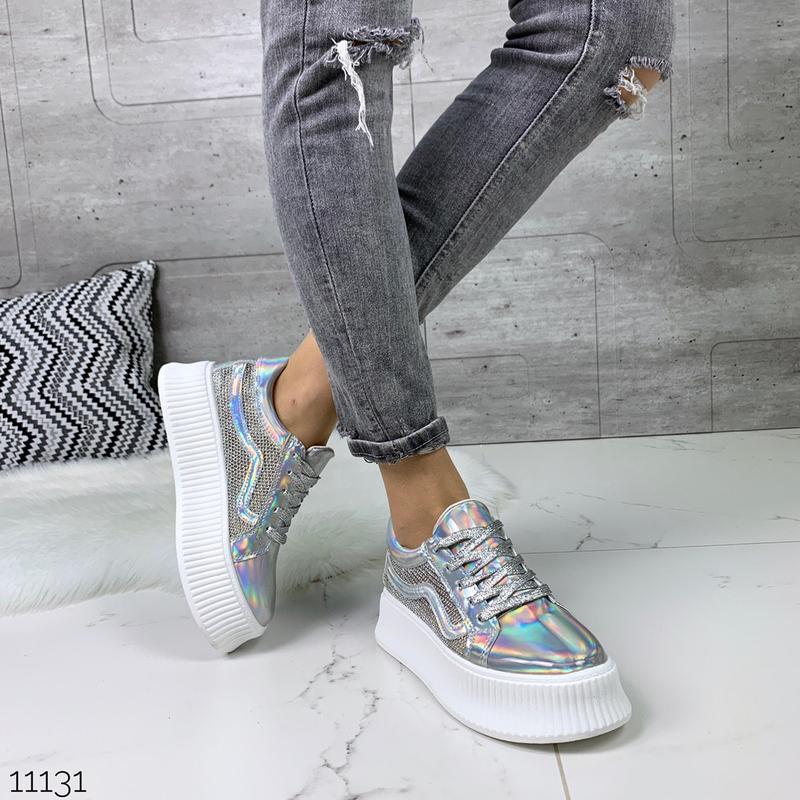 Стильные голографические кроссовки - Фото 2