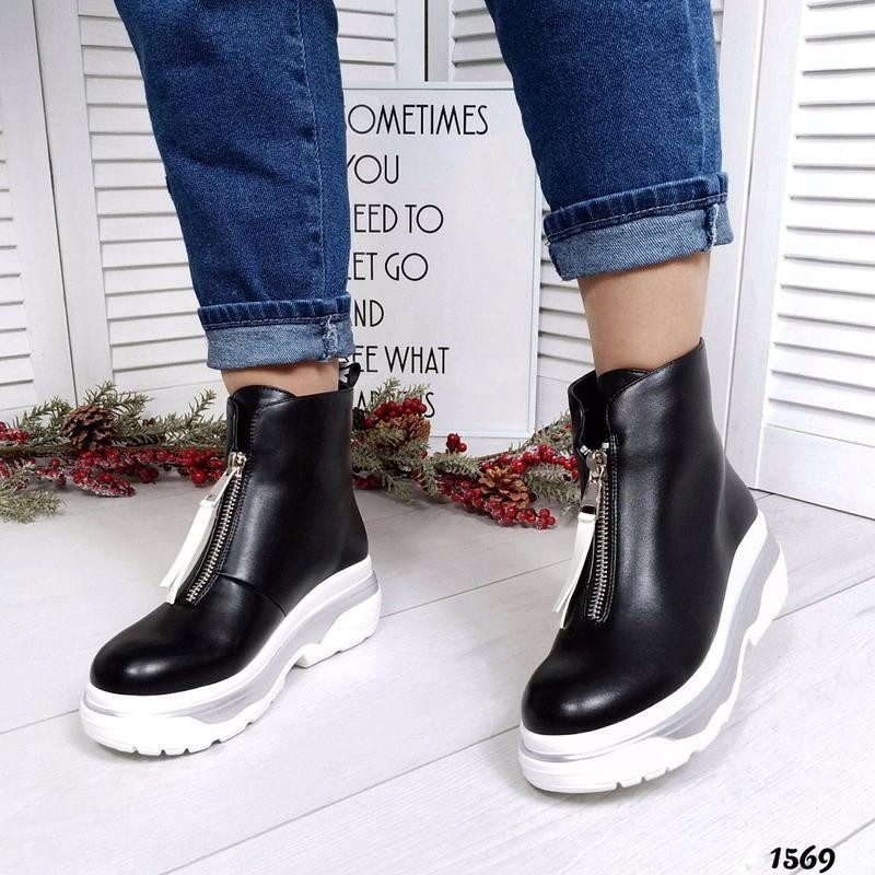 Шикарные кожаные демисезонные черные ботинки.