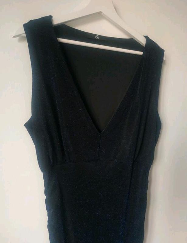 Красивое нарядное платье блестящее с вырезом с утяжкой мини миди - Фото 3