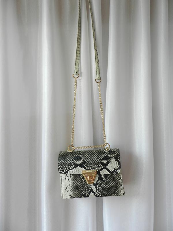 Фактурная сумочка из рельефной эко кожи  змеиный принт - Фото 3
