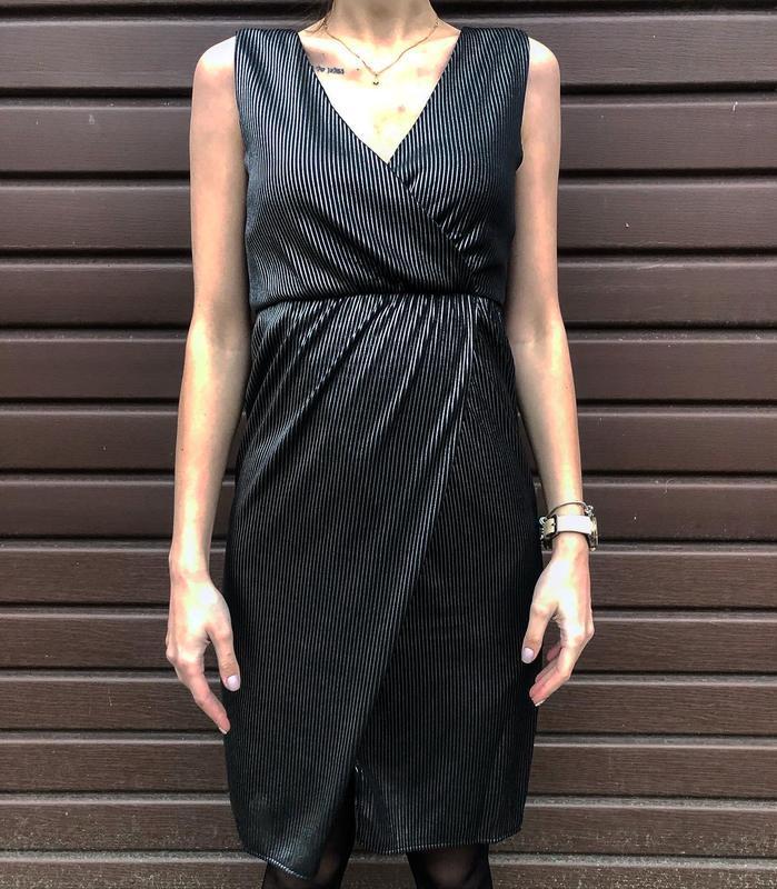 Стильное ультрамодное нарядное платье-миди на запах в рубчик т... - Фото 2