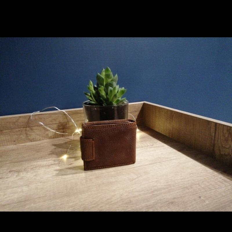 Коричневый фактурный кожаный мужской кошелек - Фото 2