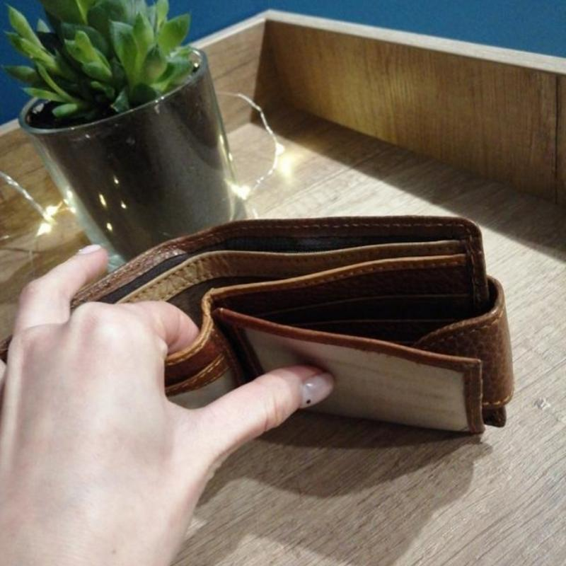 Коричневый фактурный кожаный мужской кошелек - Фото 5