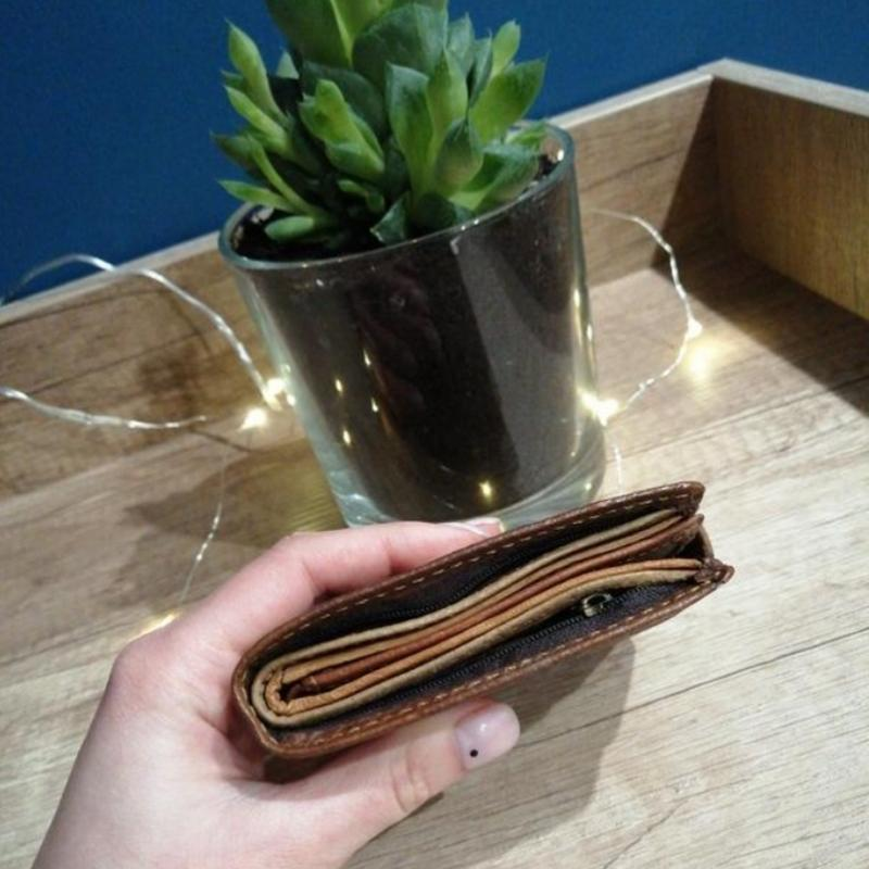 Коричневый фактурный кожаный мужской кошелек - Фото 7