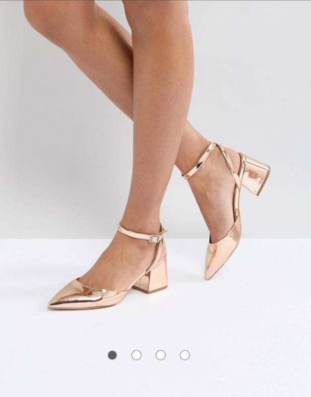 Яркие золотые босоножки туфли лодочки с острым носом и открыто...
