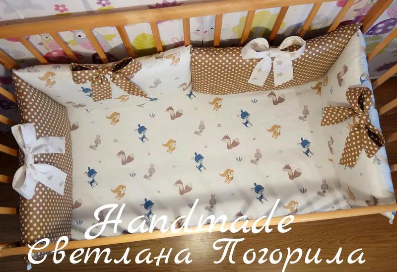 В НАЛИЧИИ комплект в кроватку,бортики, постельное, защита.