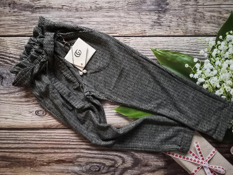 Брючки для девочки с декоративной сумочкой.