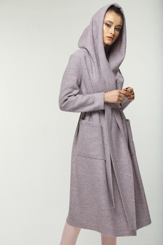 Шерстяное лиловое пальто кардиган на запах дизайнерское с капю... - Фото 3