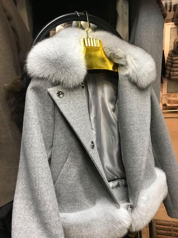 Короткое кашемировое пальто с мехом песца - Фото 2