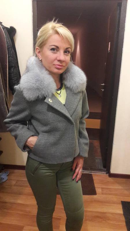 Короткое кашемировое пальто с мехом песца - Фото 3