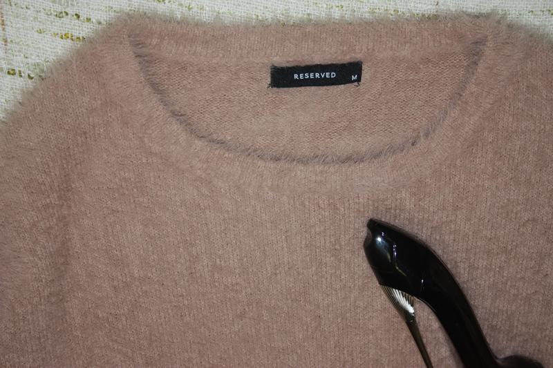 Стильный пушистый свитер с расклешенными рукавчиками - Фото 2