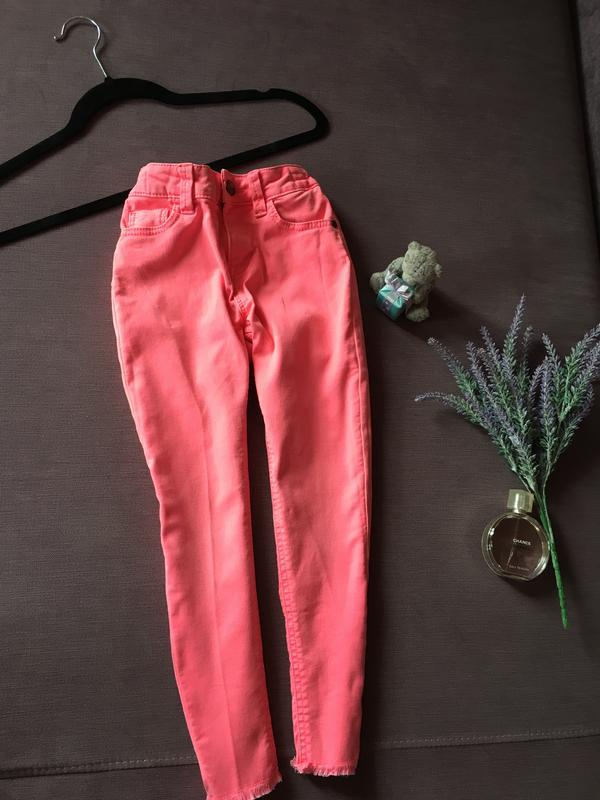 Трендовые яркие розовые джинсы m&s kids с необработанным низом...