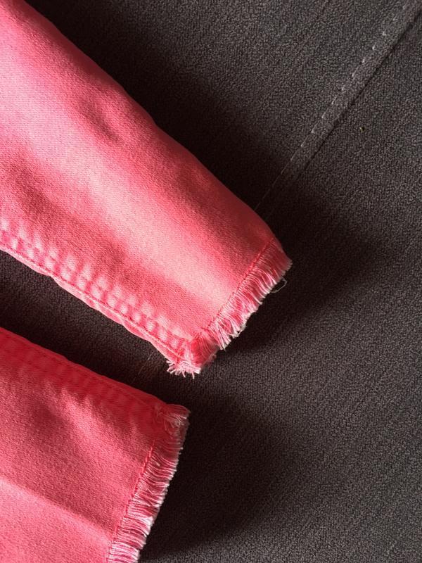 Трендовые яркие розовые джинсы m&s kids с необработанным низом... - Фото 4