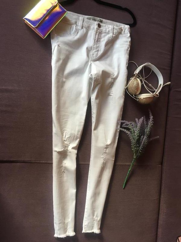 Актуальные белые штаны , скинни с рваностями denim&co