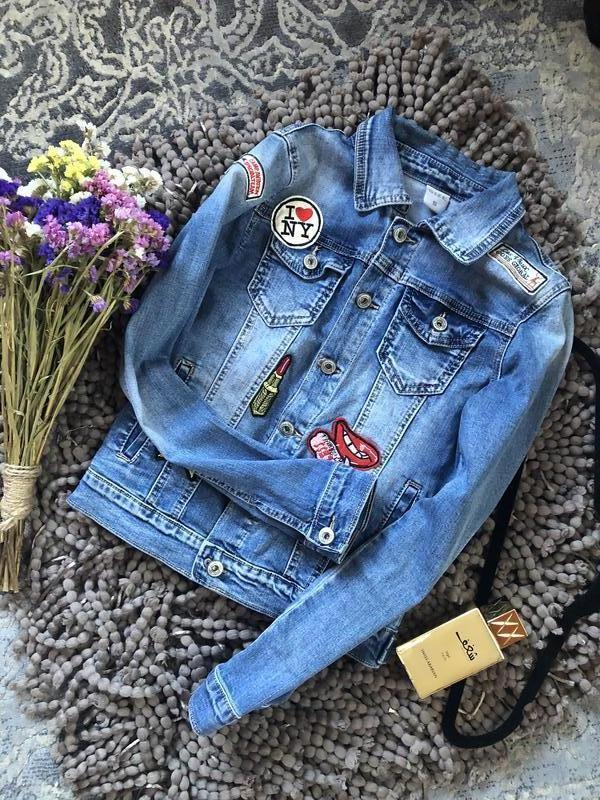 Актуальный крутой джинсовый пиджак с нашивками