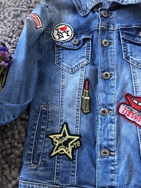 Актуальный крутой джинсовый пиджак с нашивками - Фото 2