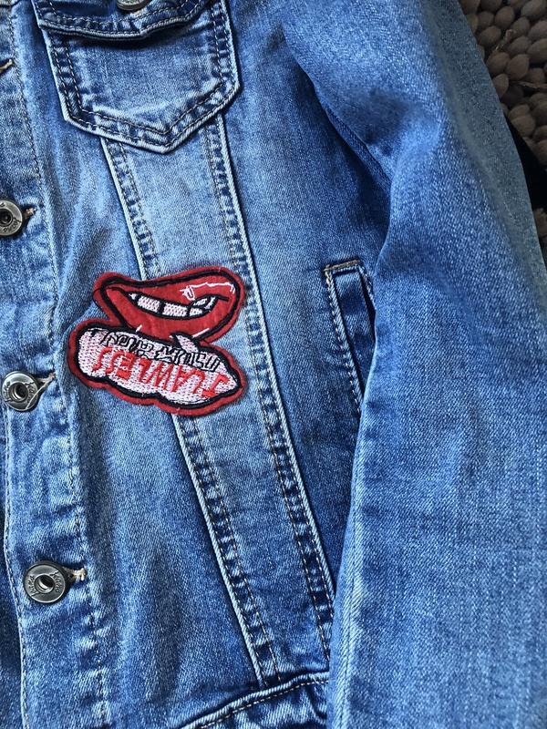Актуальный крутой джинсовый пиджак с нашивками - Фото 3