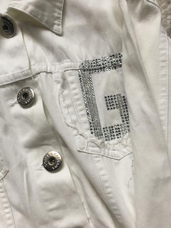 Белый джинсовый пиджак со стразами d&g - Фото 4