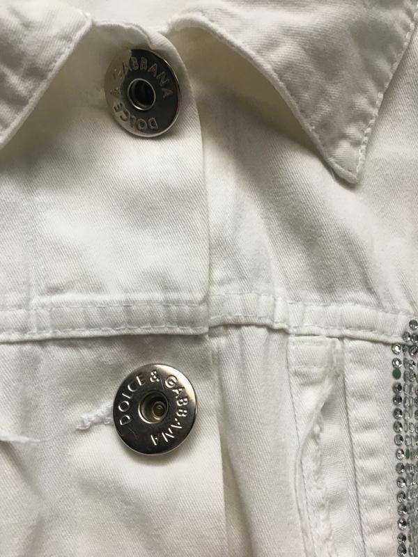 Белый джинсовый пиджак со стразами d&g - Фото 5