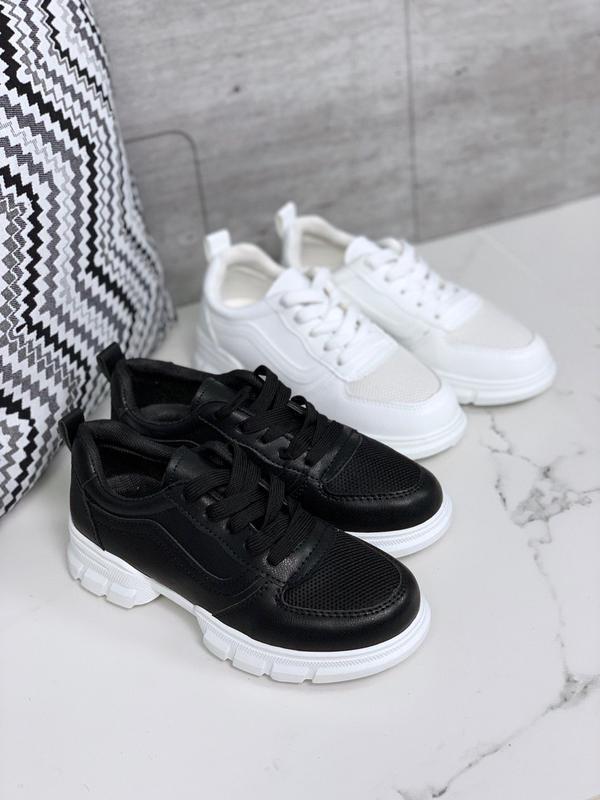 Лёгкие кроссовки в черном и белом цветах