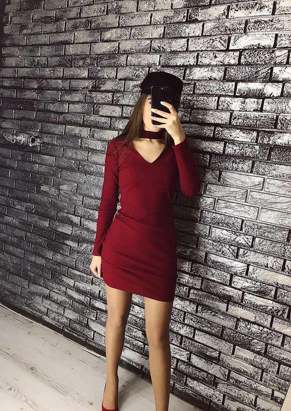 Женское облегающее платье с чокером
