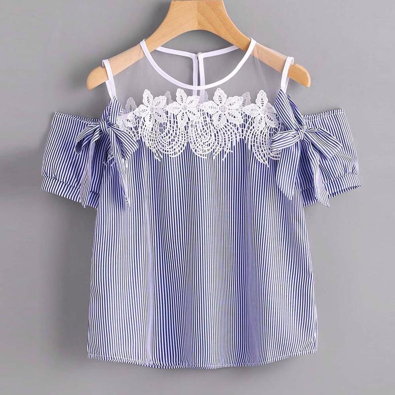 Блуза с открытыми плечиками декорированы кружевом