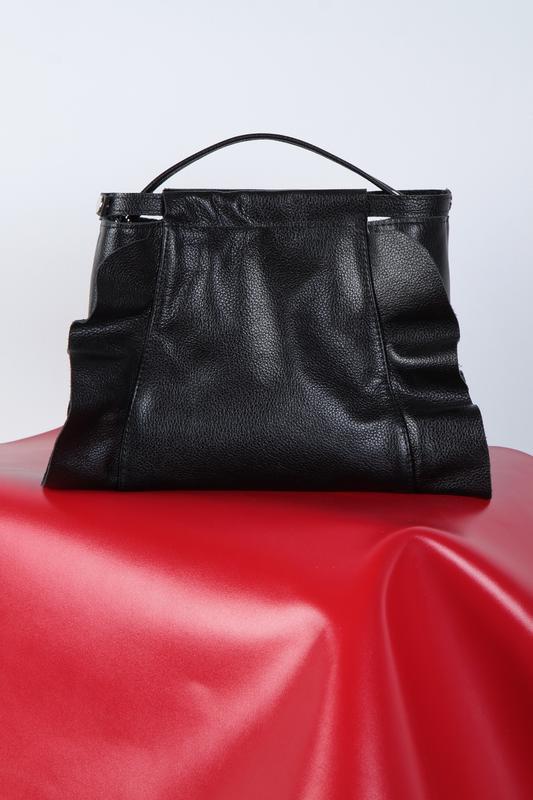 Стильная сумка с рюшами из кожи